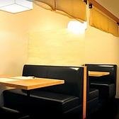 テーブル広めの4名掛けのボックスシート席