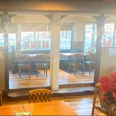 外の光が差し込み開放的な店内♪片側ソファー席なのでゆっくりとお寛ぎいただけます!