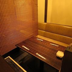 【コロナ対策・半個室】店内奥にあるテーブル席はロールカーテンで仕切ることで個室感覚でご利用可能になっております♪ロールカーテンは四方をしっかり切ることが可能です!3名様~ご利用可能。もちろん飲み放題付プランも大歓迎です♪お仕事帰りや0次会・2次会等でも受け付け中!