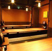 店内には個室や半個室もご用意しております。どれも大変人気のお席となっておりますので、早めのご予約がオススメ!プライベート感のある広々個室で、楽しく話に華を咲かせましょう。横浜での個室居酒屋探しなら当店へ!【横浜 居酒屋 女子会 個室 貸切】