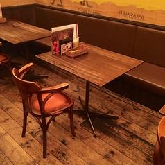 壁側が備え付けの椅子(ソファー)になっているテーブル席。こちらは2名席となります。テーブルの移動・連結も可能なので、10名様以上でも対応可能です。