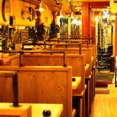 木目基調の店内~間接照明が落ち着く空間を演出~ カジュアルな飲み会や宴会にぴったりなハイチェアのテーブルです。約70種類の飲み放題付コースにぴったり。