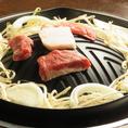 【美味しいジンギスカンの食べ方[3]】お肉が重ならないよう、1枚ずつのせお肉のふちが白くなってくるまで(約30秒程度)お待ちください。焼いている途中、お肉には絶対触らないことが美味しさのポイントです。