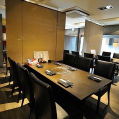 テーブル席(6名様まで)メインフロアのテーブル席は少人数グループでのご利用時にはロールカーテンを降ろすので、お隣を気にせず焼肉をお愉しみいただけます。仕切りを入れると、4名様、6名様、5名様でのご利用が可能◎同僚との飲み会や気の合う仲間との宴会におすすめです。