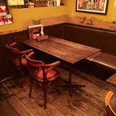 壁側が備え付けの椅子(ソファー)になっているテーブル席。こちらは4名席となります。テーブルの移動・連結も可能なので、10名様以上でも対応可能です。