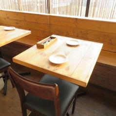 【2名テーブル】解放感のあるテーブル席は昼と夜で表情を変えます。2名様から繋げて大人数でもご利用が可能なテーブルです。