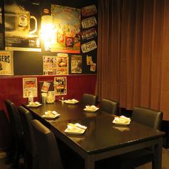 大好評のゆったり座れるテーブル席!少人数宴会から大型宴会まで、『UFOフォンデュ 食べ放題コース』、『肉ボナ~ラコース』などのご宴会コースも豊富にご用意しております。大型宴会の場合は、複数のテーブル席を連結してご使用いただけます!また貸切時はテーブル席のレイアウトも変更可能です!お気軽にご相談ください。