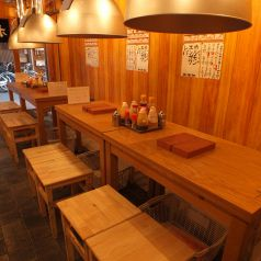 店内入口のテーブル席。活気の溢れる雰囲気で仕事帰りのサラリーマンやOLで賑わっております。
