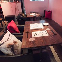 ゆったりとした背もたれでくつろげるテーブル席