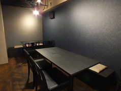 シックな雰囲気のテーブル席。椅子を増やしたら20名様までご案内できます。宴会などお気軽にお問合せ下さい。