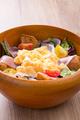 料理メニュー写真生ハムと卵のサラダ
