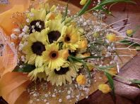花束の手配承ります。プレゼントのお預かりいたします。