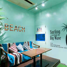 流行りの西海岸テイストの個室です。カップルシートで二人の距離も◎カップルに大人気・予約必至の個室です☆カラオケ・DVDプレーヤー・スマホ充電器完備!