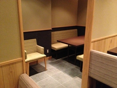 ボックス型のソファー席は間隔も広めに配置されていて壁に囲まれた席は個室風の使い方も可能です
