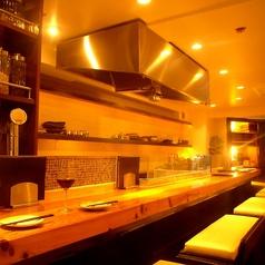 カウンター席では、目の前の鉄板でシェフの調理をお楽しみ頂くことができます。それぞれのお料理に合うBioワインをオススメさせて頂きますので、お気軽にお声掛け下さい!