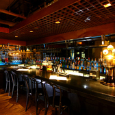種類豊富なお酒が並ぶカウンターは気軽に立ち寄れる空間