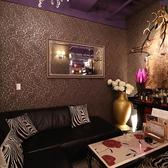 6名様までOKの半個室あります★ソファー席でゆったりとお寛ぎ下さい。壁紙やインテリアなど店内装飾にもこだわっておりますので、特別感のある空間をお楽しみ頂けます。