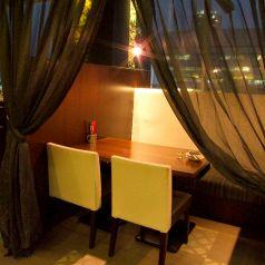 カーテンで仕切れるプライベート空間。2人の時間を誰にも邪魔されないこの空間はカップルのお客様に人気です★