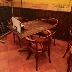 壁側のテーブル席。会社帰りの飲み会や少人数の飲み会にピッタリ!女子会にもオススメ!テーブルの移動・連結も可能なので、10名様以上でも対応可能です。