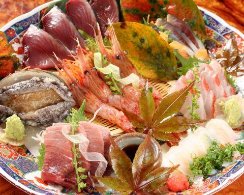 漁港直送の金目鯛、目鯛に。築地からの本マグロ、ノドグロなど旬魚をとりそろえてます