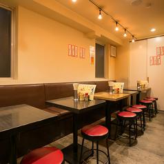 テーブル席は全部で8卓ご用意しています。各テーブルでご利用も頂けますがテーブル同士をくっつけて団体様も対応できます