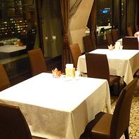 夜景とディナーをゆっくり楽しめる空間づくり