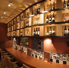 【雰囲気抜群の店内でワイン】雰囲気も良く広々したテーブルとくつろげるカウンター席です。