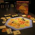 【ボードゲーム:カタン】 ボードゲームにおける金字塔!戦略、運、駆け引きが全て詰まった「ザ・ボードゲーム」初めての方でも思わず熱中しちゃう面白さ!資源豊富な無人島を開拓しちゃおう!