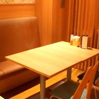 4名掛けテーブル席にはソファ設置の席も。