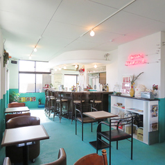 店内にはゆとりあるテーブル席がございます。アンティークのテーブルや椅子がより一層レトロ感を演出してます。