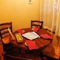 円卓を囲む4名様テーブル席