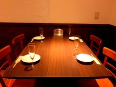 4名様用テーブルは人数に応じてレイアウト変更のご対応が可能。女子会や合コン、各種宴会に。
