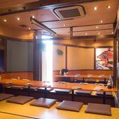 開放感溢れるお座敷のお席です。落ち着いた雰囲気なので会社の宴会などのもおすすめです!人数などに合わせてさまざまなお席をご用意しております♪