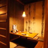飲み会・お食事・デートなどに最適。掘り炬燵の完全個室。4名様個室。広々とした個室空間をお過ごしいただけます。九州の古民家をイメージしており、とても落ち着いた雰囲気となっています。ゆったりできる掘りごたつ席でどうぞごゆっくりお過ごしくださいませ。