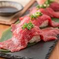 料理メニュー写真国産黒毛和牛の炙り肉寿司(2貫)