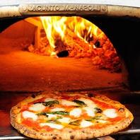 イタリア直送の薪窯で焼き上げた逸品!