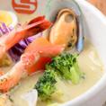 【エスの種類豊富なスープ紹介♪】《ココナッツグリーンスープ(+50円(税込))》脂肪の燃焼を助けるココナッツミルクに青唐辛子を効かせた、一度食べたらくせになるコク旨スープです。 ※辛さ3番よりご注文を承ります。