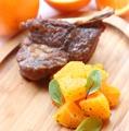 料理メニュー写真熟成スペアリブとオレンジのサラダ