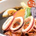 【エスの種類豊富なスープ紹介♪】《イカスミスープ(イカスミスープカレー(1360円(税込))限定)》リピート率の高い、コクのあるスープが食欲をそそるスープ。TVでも紹介されたことのある、当店ならではのメニューです♪