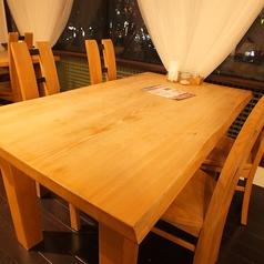 木目がおしゃれなテーブル席