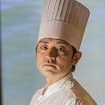 東京でバーテンダーとして活躍し、日本そば屋で修業を重ねた知花シンゴシェフが試行錯誤を重ねたお料理の数々をお楽しみください。