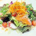 料理メニュー写真蛸とサーモンのマリネサラダ