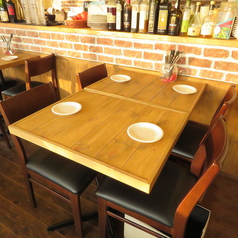 3名以上向けのテーブルです♪最大で6名様でも座れます♪テーブルの配置を変えるとローカウンターとなり調理風景が観れるお席となります。