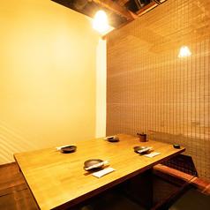周囲は壁と扉で仕切られたプライベート感ある個室席、堅くなり過ぎずにお食事が愉しめる空間です。カップルのデートや記念日などにゆったりとした時間をお過ごしいただけます。