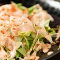 料理メニュー写真小エビと生ハムのサラダ/温玉のせシーザーサラダ※各種の料金です