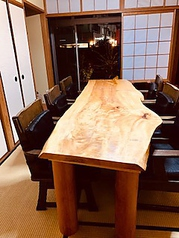 広々した和室のお部屋に天然一枚板のテーブル。和情調溢れるお店で、お気軽にお食事をお愉しみくださいませ。