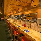 カウンター席では料理人が目の前で作るのを眺めながらお食事できます。サク飲みや、さし飲みなどでご利用頂くお客様が多いです。全17席ございます。