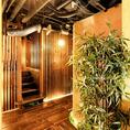 個室への通路、お部屋までの臨場感も大切にしております。扉付き完全個室となりますので、ご接待や会食、記念日などプライベートな空間でお食事や商談をお愉しみいただけます。