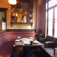 運河沿いのクラシカルな店内で美味料理とお飲み物を。