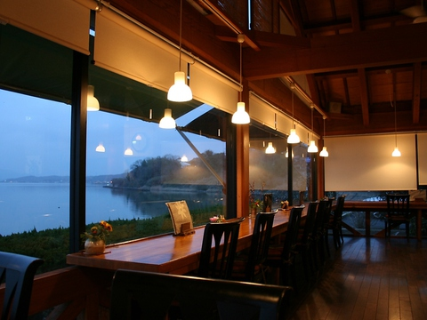 穴道湖を一望しながら地元ならではの味を♪穴道湖のしじみ料理を存分に味わって。